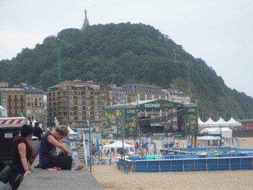 En la playa de Zumarria, al fondo el Sagrado Corazón