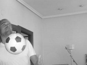 Control anterior a pase sin mirar (o a lo Laudrup) de la selección andaluza en el salón de la casa